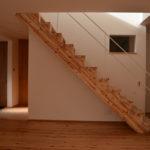 03:木の温もりの階段にスチール手摺、違った顔の階段に仕上げています