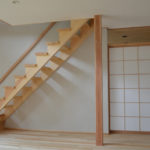 03:リビングと和室とのつながりを感じられる建具は上部一部開口にした間仕切 り障子に