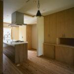 04:施主様こだわりのアイラインドキッチン。造作の収納は大容量の収納力