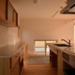 04:キッチンからテーブル、作業スペース、小窓と一つのつながりを感じるスペースです