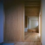 05:玄関から見たリビング、そして奥は階段に上がる小上がりのスペース