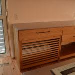 05:キッチン背面の造作収納に床下エアコン収納も一体に仕上げています