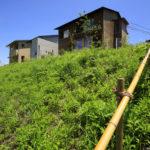 06:後ろから見たお家です。里山に馴染んでいます
