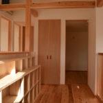 07:2階廊下は広めでそして明るさもあるスペース、階段腰壁に大容量の本棚スペースを設置