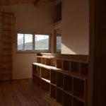 08:2階廊下は広めでそして明るさもあるスペース、階段腰壁に大容量の本棚スペースを設置