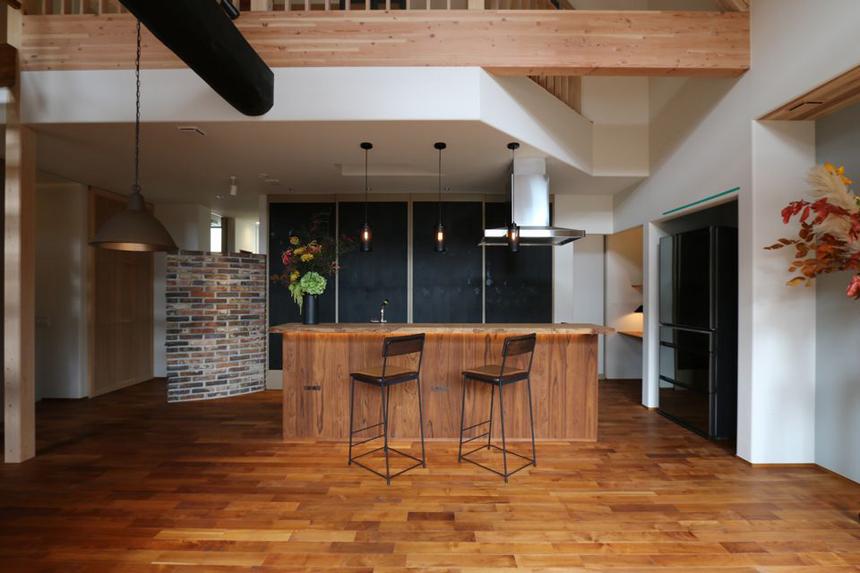 ① アッシュ+オークのキッチン背面には、漆塗り和紙の大きな建具収納