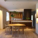 1:①タモ材を使用したオリジナルのキッチン腰壁収納。ブルーのデザインタイルをアクセントに
