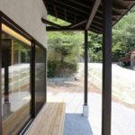 10:⑩大屋根に覆われた半屋外デッキスペース。屋根の軒裏を表すことで趣きあるデザインに