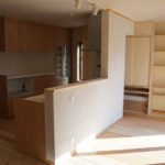 13:リビングからキッチンの様子、そしてその奥には造作の大容量オリジナル収納     床下エアコンの収納も設置しています