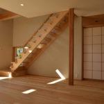 13:リビングと和室とのつながりを感じられる建具は上部一部開口にした間仕切 り障子に