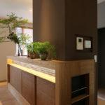3:③コンロ周りのキッチンパネル側面を有効利用したリモコンパネルとニッチ。