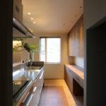 4④キッチン床には汚れ対策としてコルクタイルを使用。暖かさも感じる事ができる。