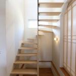 ⑤階段下にキッズスペース。