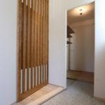 5:⑤玄関ホール奥に大容量のシューズクローク。リビング入口には通風の役割も担った格子戸を使用。