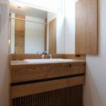 6:⑥オリジナルの洗面化粧台。下部には床下エアコンをルーバーで目隠し。