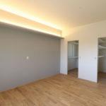 ⑦間接照明を生かした寝室スペースは、WICを2ヶ所設けるスタイル