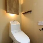 8:⑧トイレに壁面収納と間接照明。アンティーク調の小物と相性がいい壁色を使用