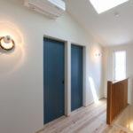 ⑨ゆったりとした2Fホール。冷房用エアコンを高い位置に設置。1台で全館空調可能。