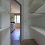 9:⑨パントリーには奥行きが浅い棚も設置し、使い易さを重視。