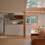 内部の壁も漆喰を使い、低く抑えた天井高は良質な空間を演出します