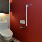 ⑩真っ赤な壁がアクセントに。間接照明のトイレ収納BOX。