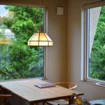 ②紅葉が眺められる位置にダイニングを設置。FIX窓で見える景色を大きくしている。