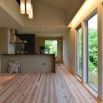 ③キッチンの家電スペースはリビング側から見えないよう壁で工夫。