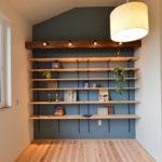 ⑧中二階の大容量の本棚。ディスプレイが映えるグレーブルーで塗装。