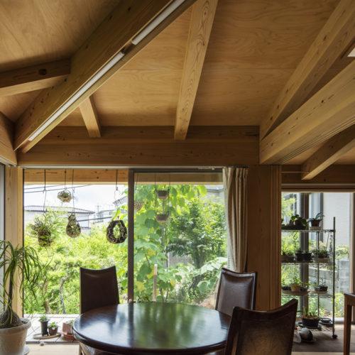 木の家で緑あふれる暮らし リビングから緑を眺める