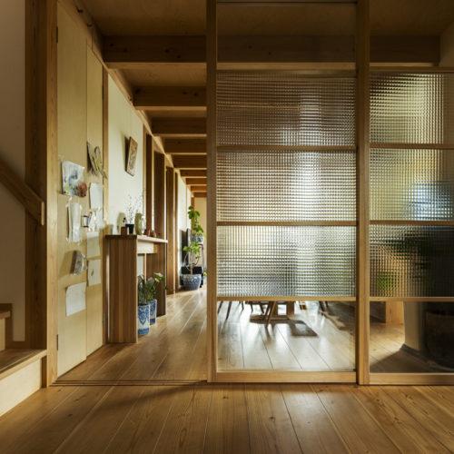 家族の気配を常に感じる木の家 特徴的なガラス