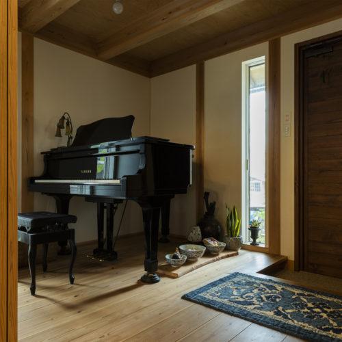 家族の気配を常に感じる木の家 玄関にはピアノを