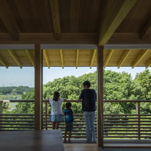 地形を生かした木の家 眺めを独り占め
