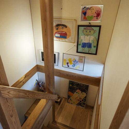 家族の気配を常に感じる木の家 階段はギャラリー