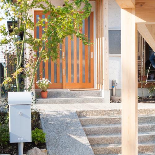 ガレージが印象的な木の家 玄関スロープ