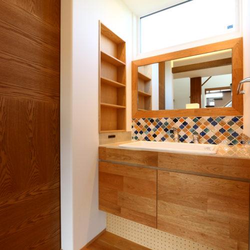 開放的なリビングの家 オリジナル洗面化粧台