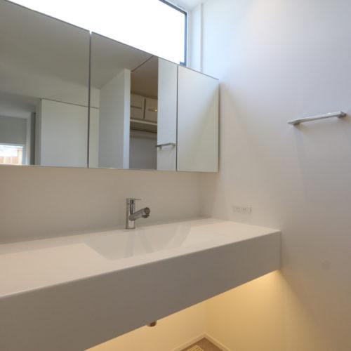 ペットと暮らす白い家 洗面化粧台