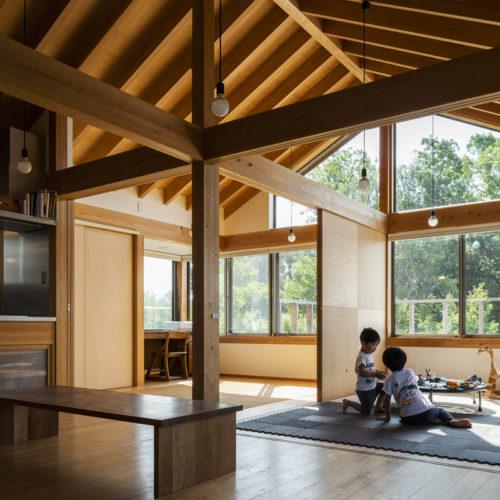 家族の気配を常に感じる木の家 リビングと遊びの空間