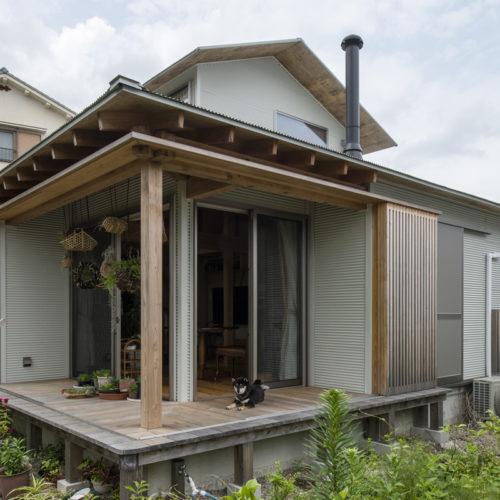 木の家で緑あふれる暮らし 人も動物も心地いいインナーテラス