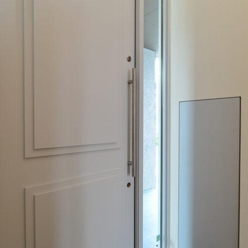 中庭のある家 オリジナル高断熱玄関ドア