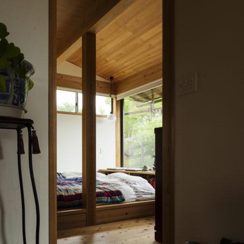 家族の気配を常に感じる木の家 寝室