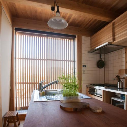 ガレージが印象的な木の家 キッチン横からの景色