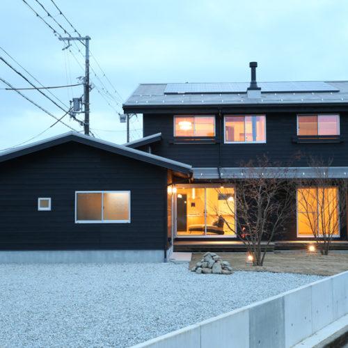 自然素材の家 冬の外観