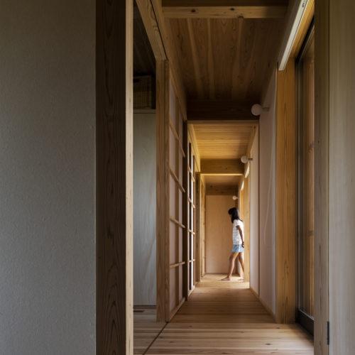 地形を生かした木の家 地形を生かした廊下