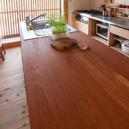 ガレージが印象的な木の家 テーブルとカウンターを兼ねて