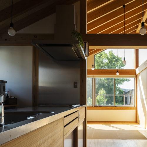 家族の気配を常に感じる木の家 キッチン01