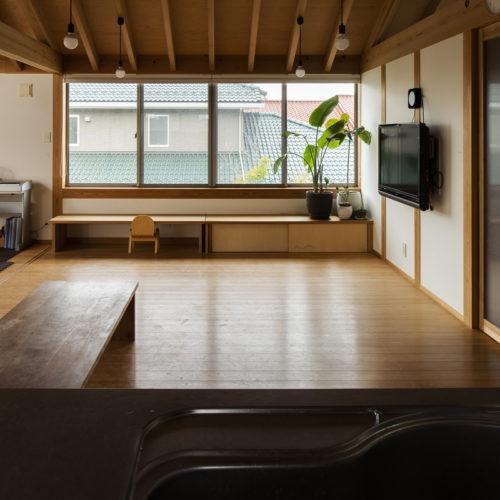 家族の気配を常に感じる木の家 キッチンからの景色