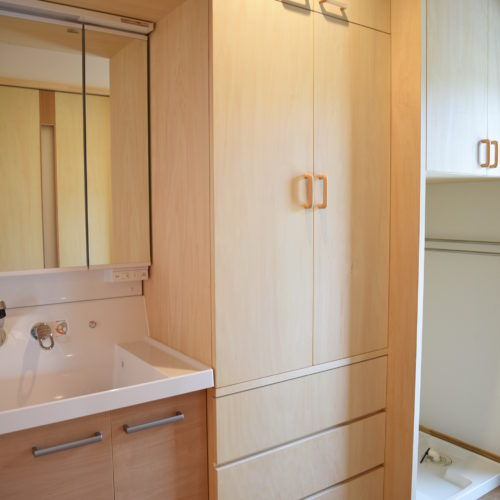 薪ストーブのある自然素材の家 洗面脱衣所と収納