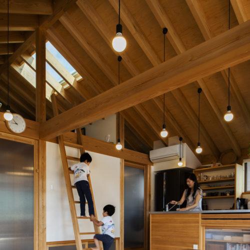 家族の気配を常に感じる木の家 ロフトは収納?遊び場?