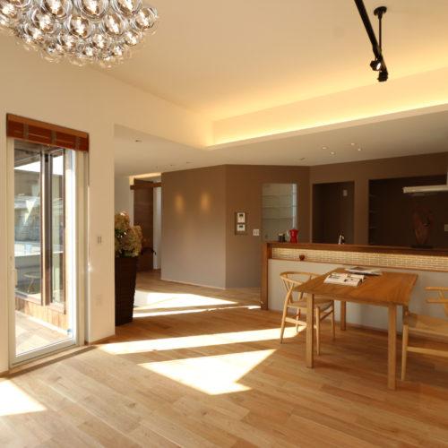 開放的なリビングの家 折り上げ天井と間接照明