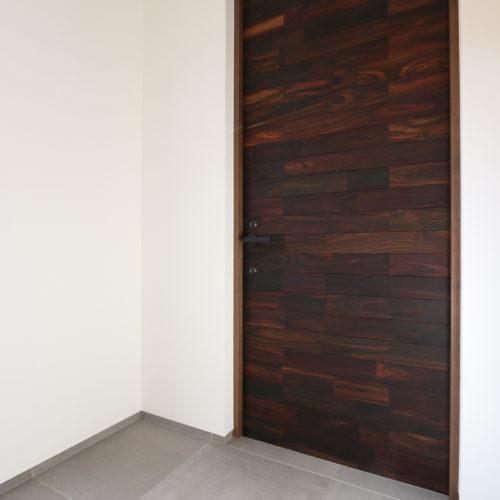 ペットと暮らす白い家 オリジナル高断熱玄関扉